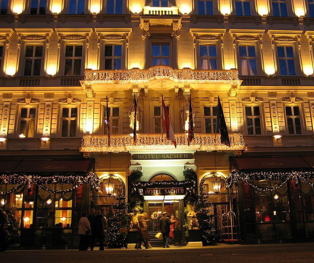 1024px-Wien_Hotel_Sacher_Am_Abend
