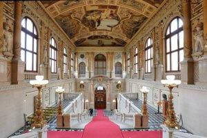 Wien_-_Burgtheater,_linke_Feststiege